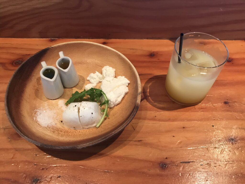 SIBUYA CHEESE STAND(渋谷チーズスタンド) しぼりたてのモッツァレラとリコール 660円 (写真1枚目左) ホエイドリンク(マンゴー) 450円 (写真1枚目右)